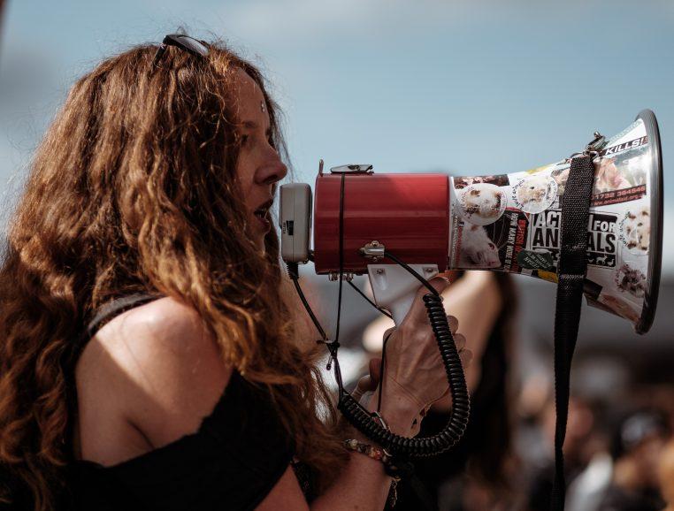 Porte voix manifestante