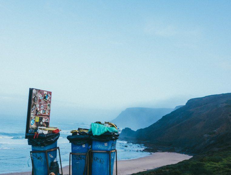 Poubelles sur la plage