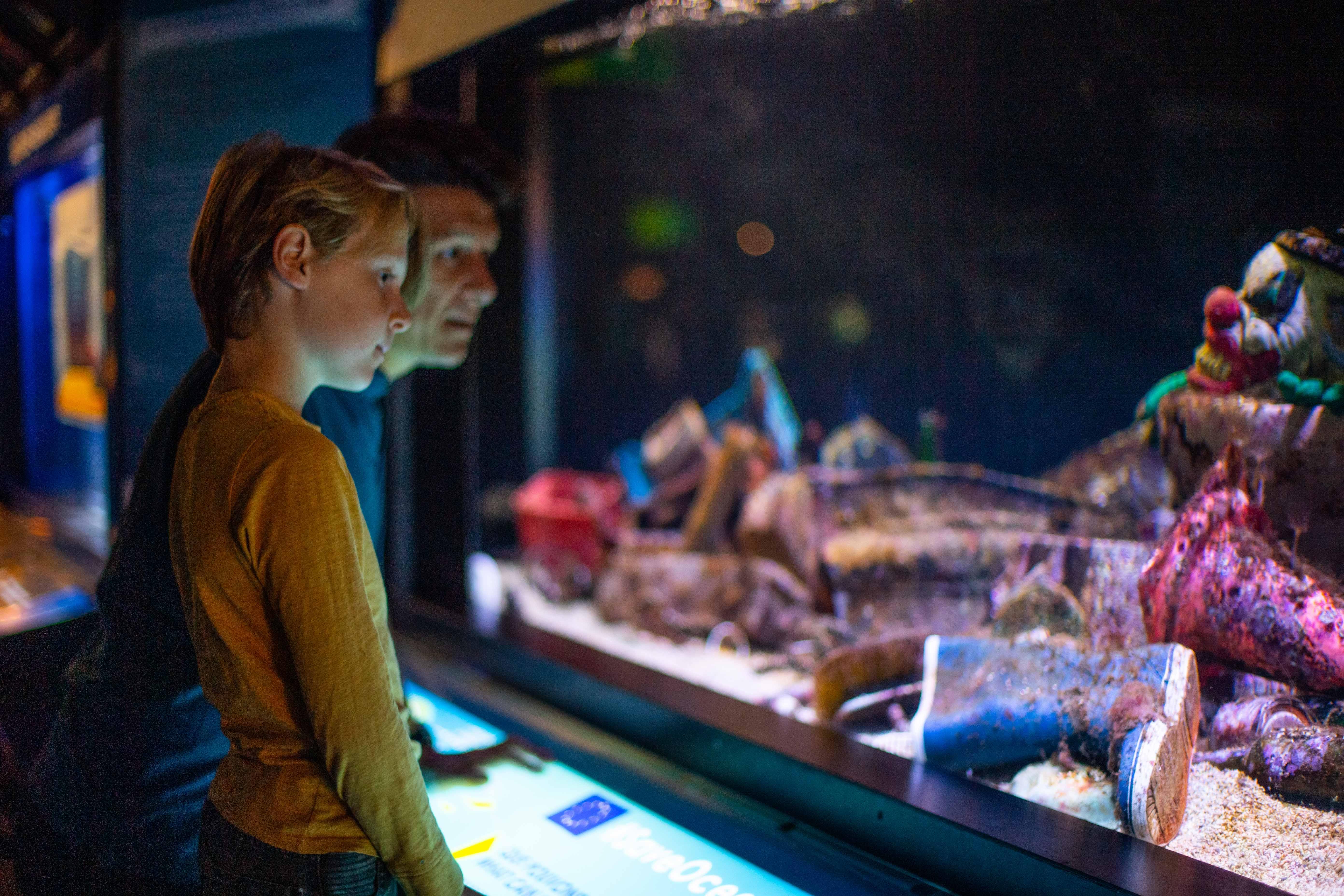 Père et fils devant aquarium