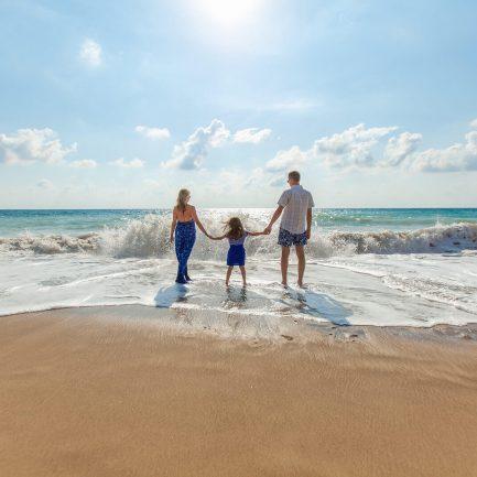 Famille sur la plage dans les vagues